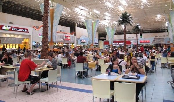 Praça de alimentação e restaurantes no outlet Sawgrass Mills Miami