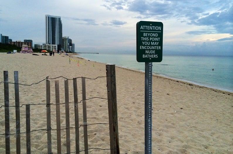 Praia e nudismo na Haulover Beach em Miami