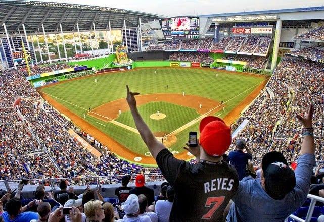 Jogos e torcidas no Estádio de Beisebol Marlins Park em Miami