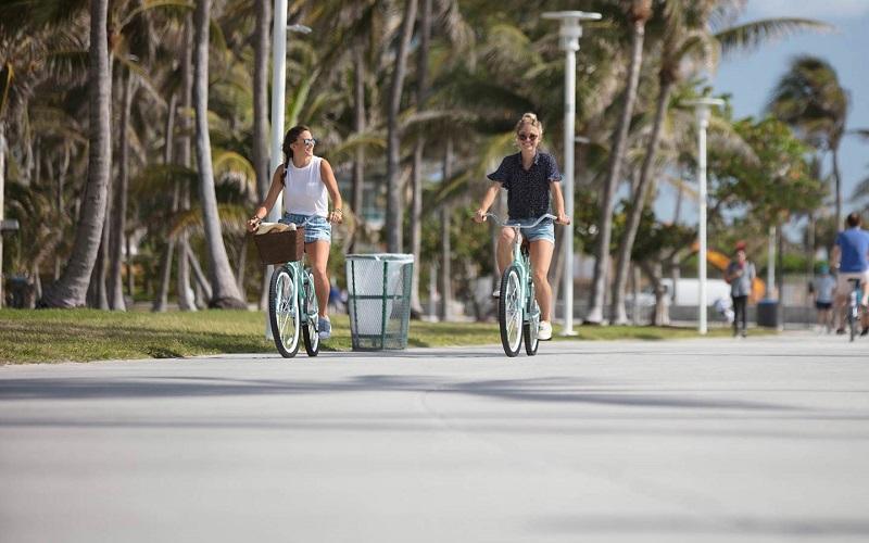 Andando de bicicleta no Lummus Park em Miami
