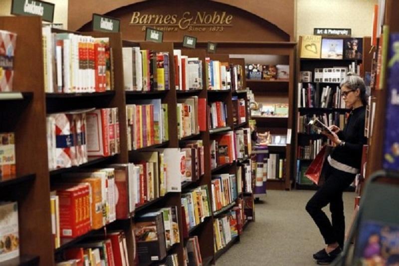 Pessoa lendo na livraria Barnes & Noble em Miami