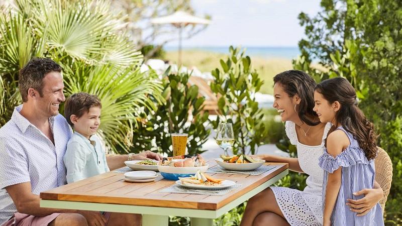 Família no restaurante Atlantic Bar & Grill at the Four Seasons Palm Beach em Palm Beach