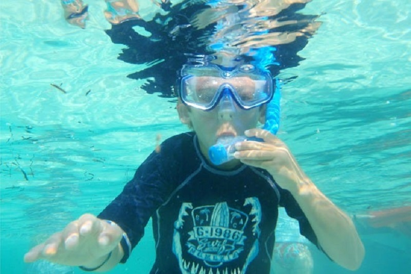 Criança mergulhando