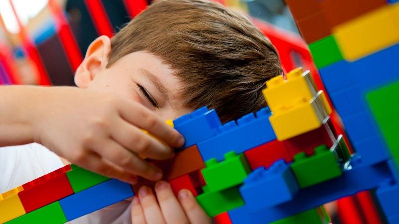Criança brincando de Lego no Parque da LEGO em Orlando