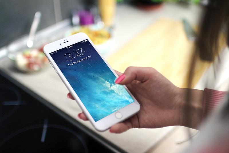 Pessoa usando iPhone 7 em Miami