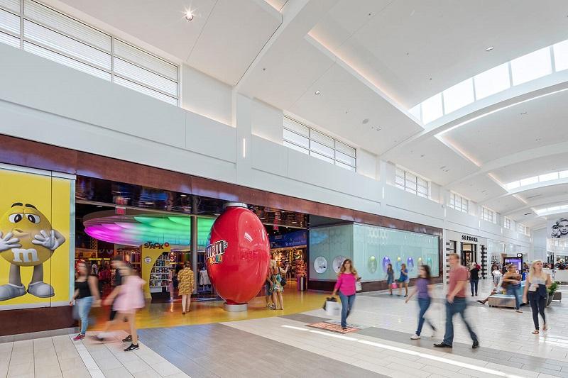 Pessoas passeando no Shopping Florida Mall em Orlando