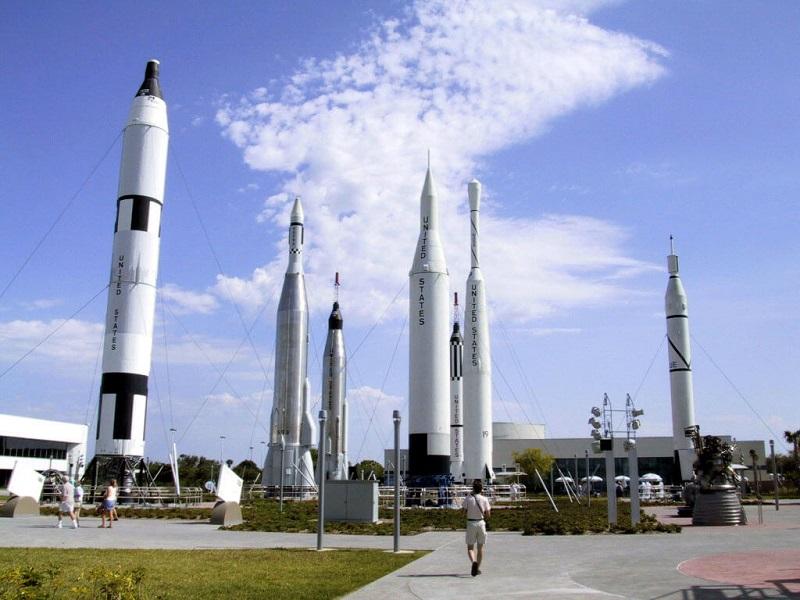 Foguetes e naves espaciais no Parque Kennedy Space Center em Orlando