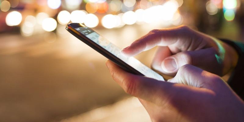 Pessoa usando celular
